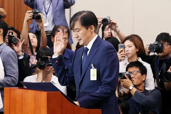 ソウル中央地検の聴取を受ける韓国のチョ法相(聯合=共同)