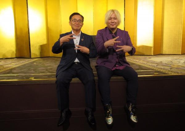 ダブル裏ピースで仲良く写真に納まる大村愛知県知事と津田大介氏(右側)