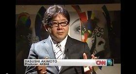 CNN記者に説明する秋元康さん