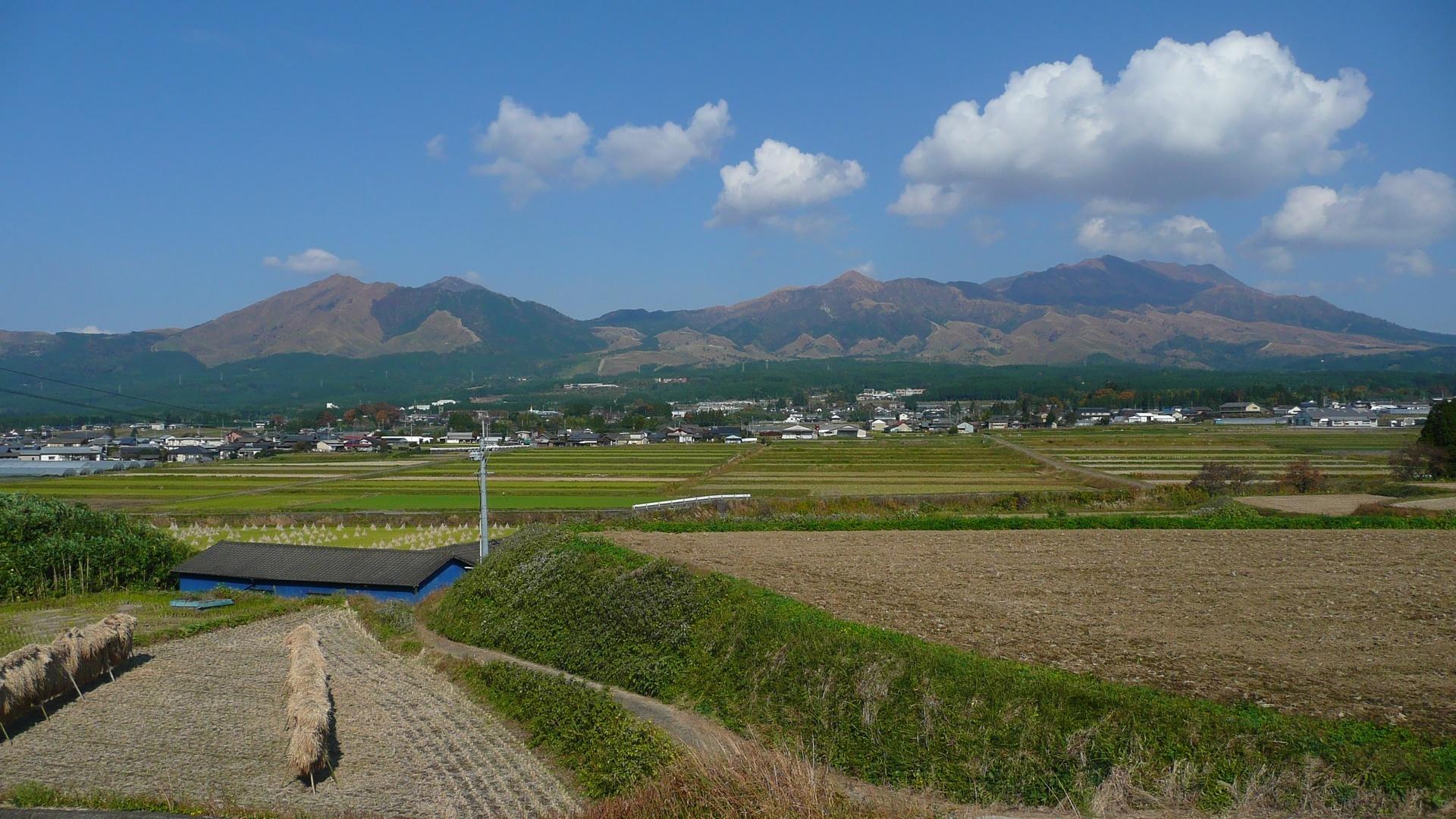 Mt_Aso_from_Minamiaso_Hisaishi.jpg