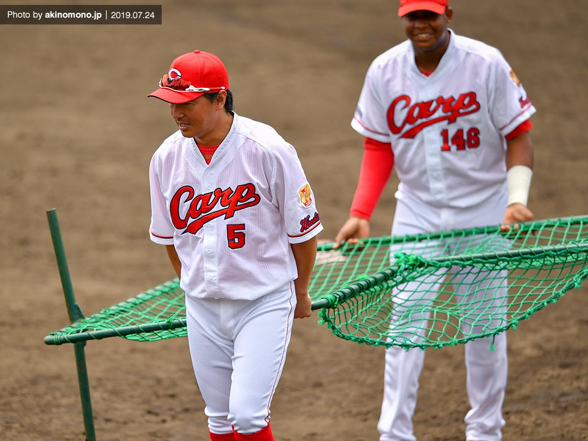 サンタナ選手と一緒に防球ネットを運ぶ長野久義選手