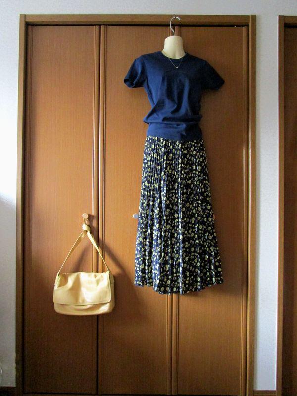 PLSTポリエステルイレギュラープリーツスカート UNIQLOユーTシャツ(1)