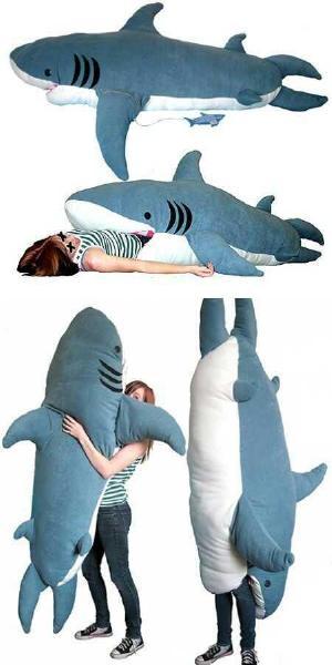 2飲み込んでしまいそうな勢いのサメ抱き枕