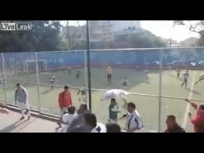 【苦笑】子供のサッカー戦で大人が乱闘・・・