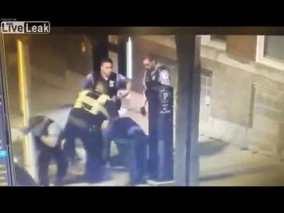 【衝撃!】ハンマーで警官を襲う男・・・警官強し!