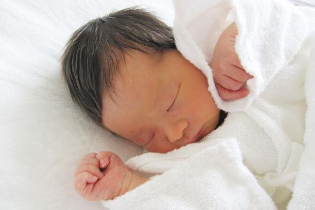 産着を着た新生児の写真