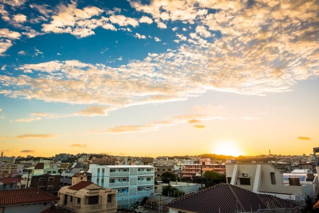 街並に日が昇る美しい風景写真
