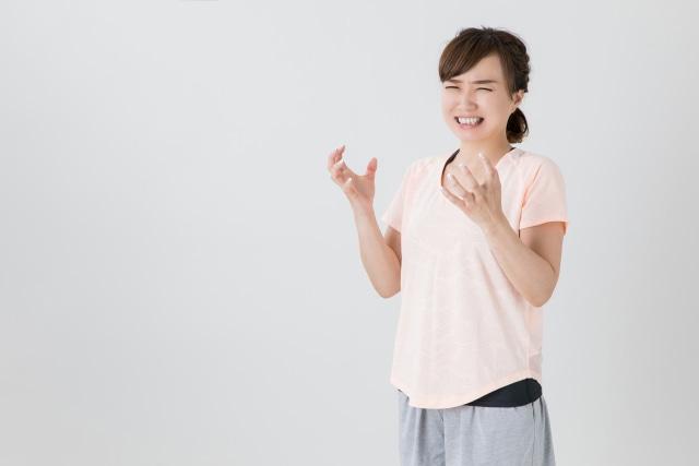 手をワナワナさせて発狂しそうな女性の写真