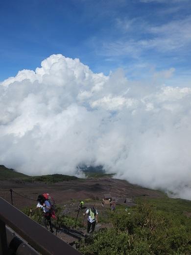 雲が下にある