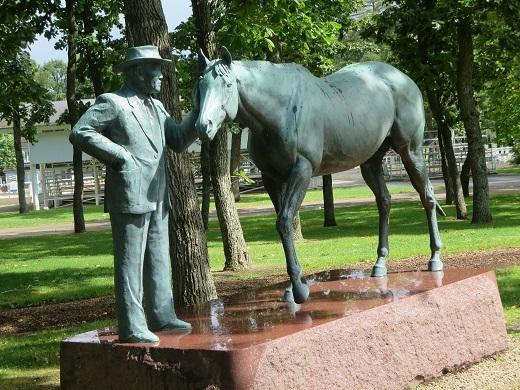 創業者と馬の銅像