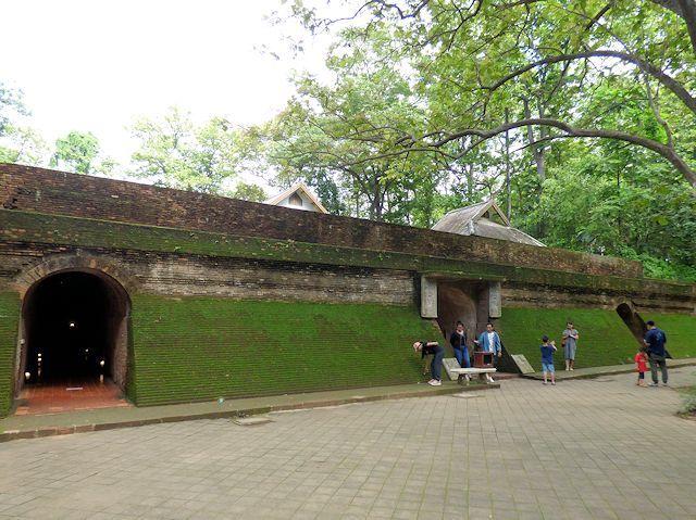 ワット・ウモーンのトンネル入り口