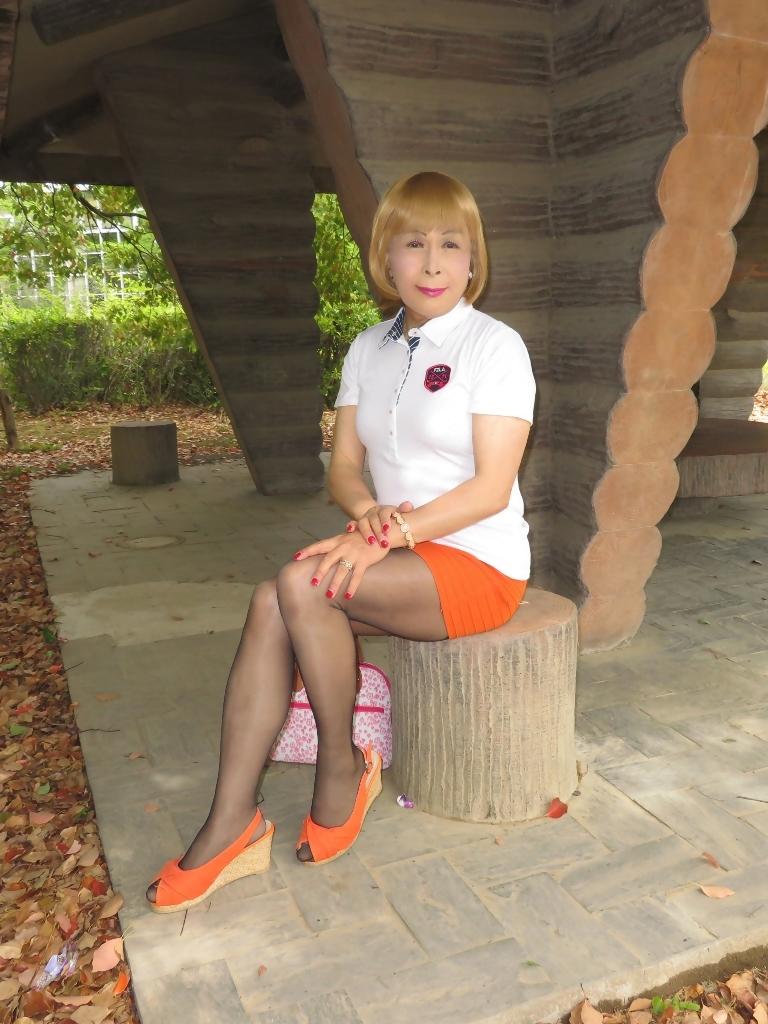 白ポロシャツ橙マイクロミニE(3)
