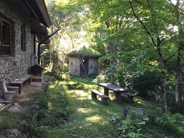 夏らしい朝と石積みの丸い小屋