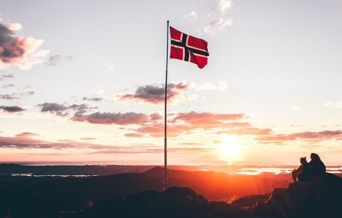 見出し画像 ノルウェー 国旗 朝日 風変りな旅行 BGB Photo by Mikita Karasiou on Unsplash