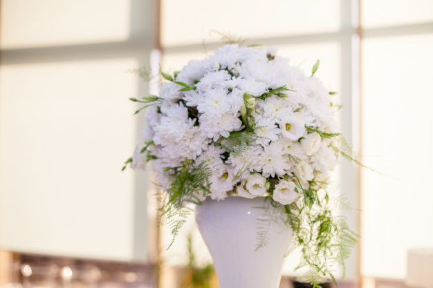wedding-decor-bouquet-white-flowers-gold-background-restaurant_88194-679.jpg