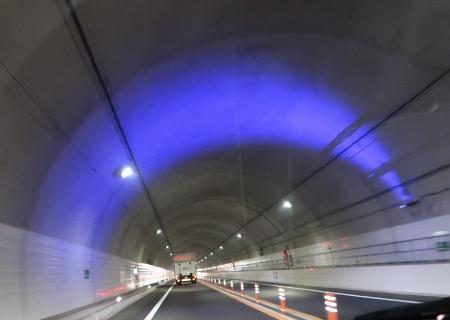 中部横断道無料区間トンネル紫の光の帯