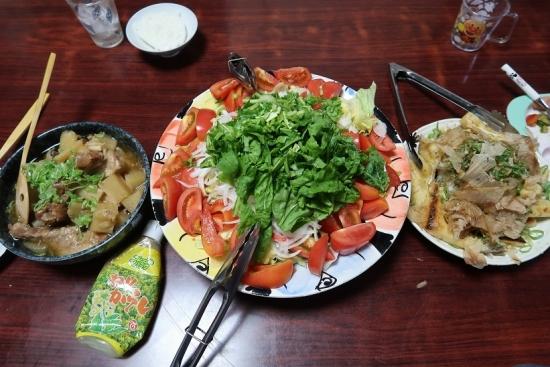ソーキと大根とぶなシメジの圧力鍋煮、魚肉ソーセージのサラダ、焼き油揚げの大根おろしのせ