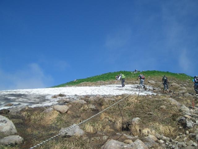 姥が岳山頂下の雪田