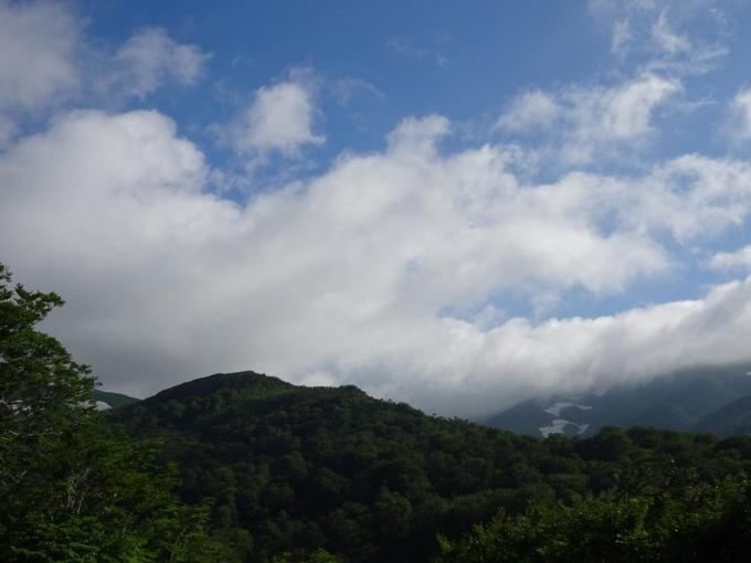 駐車場から月山。雲が
