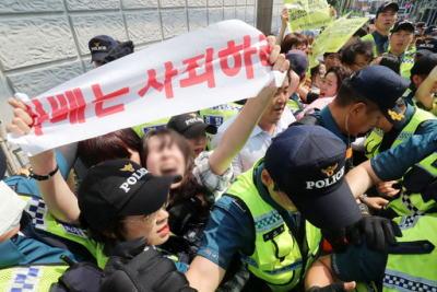 [韓国の反応]釜山の日本領事館で大学生が奇襲でも「こんな野蛮なことをするのは中国と韓国ぐらいだな・・・」