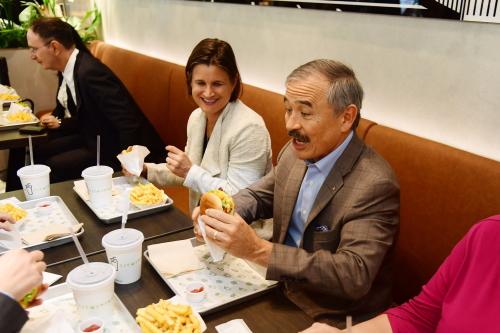 [韓国の反応]在郷軍人会での講演をキャンセルしたハリス大使、米ブランドのハンバーガー店へ「ハリス米大使も文在寅なんかと会うのは時間の無駄だと気付いたんだろうな。俺だってあんな奴に会いたくないよ」