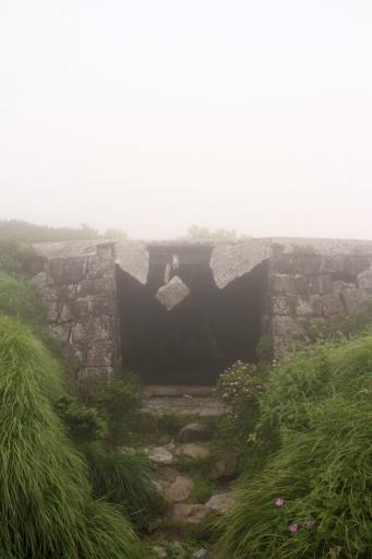 石室も雲の中