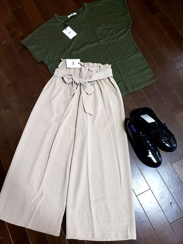 GRLワイドパンツ、Tシャツ、スニーカー