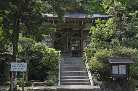 洒水の滝の神社