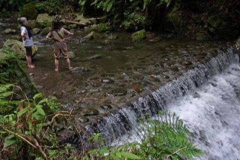 洒水の滝の水に足をつける人