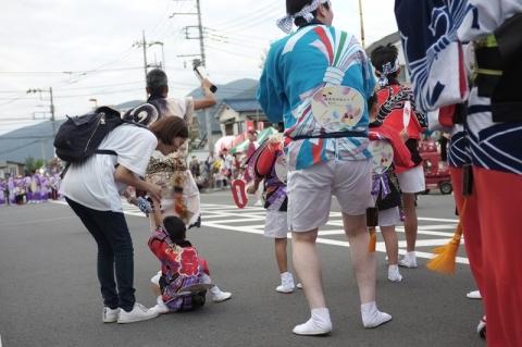 阿波おどりパレードで座り込む小さい子