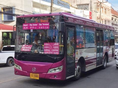 チェンライ空港と市内の間を運行するバス