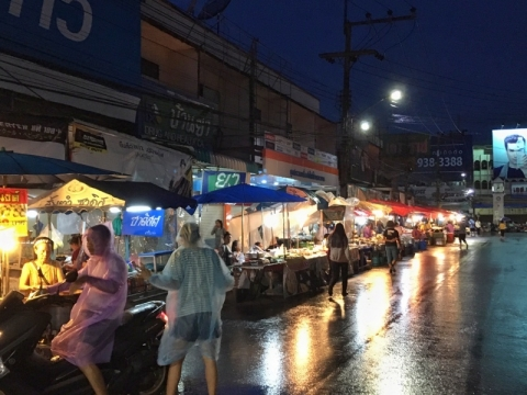 チェンライの夜の露天市場