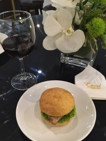 ラウンジのパンとワイン