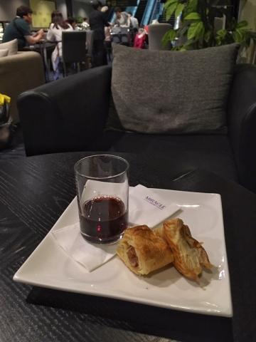 ラウンジのパイとワイン