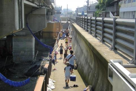 国府津海水プールに向かう人々