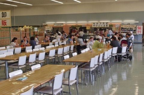 ブルックス無料カフェコーナーのテーブル配置