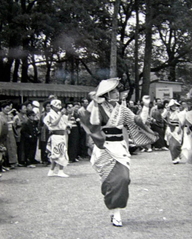 1965年頃小田原城址公園での阿波おどり