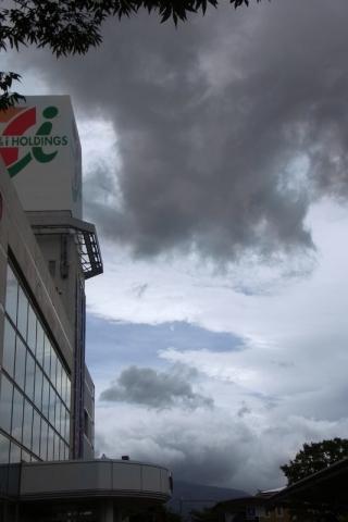 イトーヨーカドー前で空を見上げる