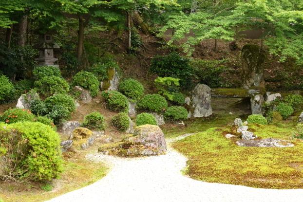曼殊院庭園・築山、石橋と枯流れ
