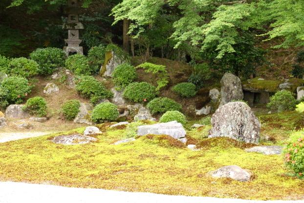 曼殊院庭園・築山と出島の石組