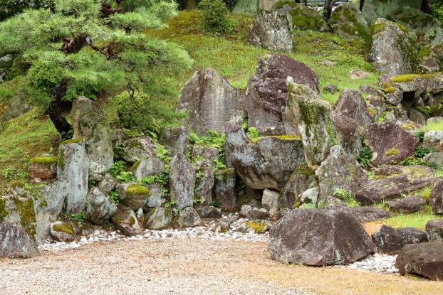 楽々園・枯滝石組
