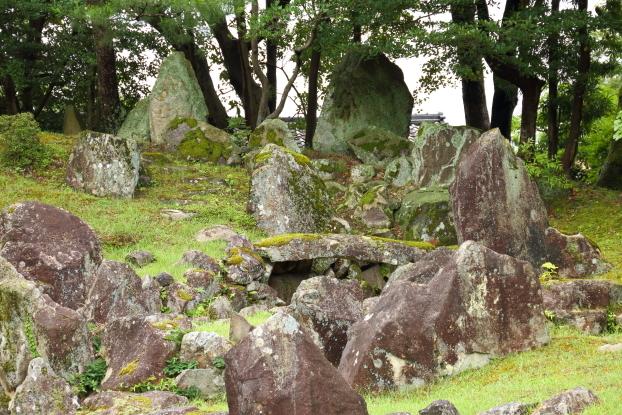 楽々園・須弥山石組と枯流れ