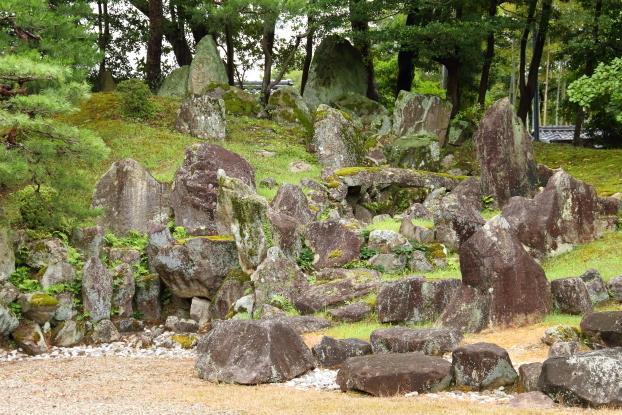 楽々園・築山の石組
