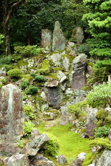 青岸寺庭園・枯滝石組