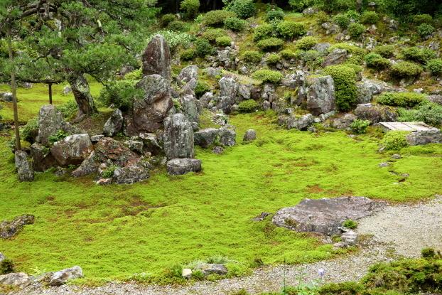青岸寺庭園・中島と礼拝石