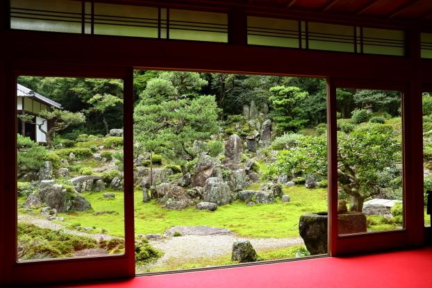青岸寺・書院から見た庭園