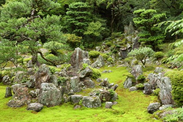 青岸寺庭園・枯滝石組と中島