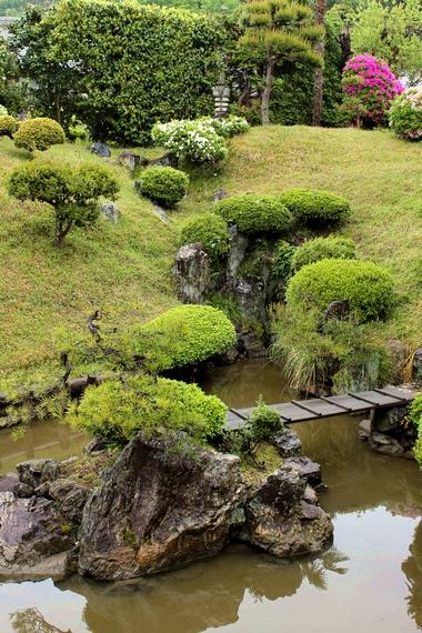 浄信寺庭園・枯滝石組と亀島