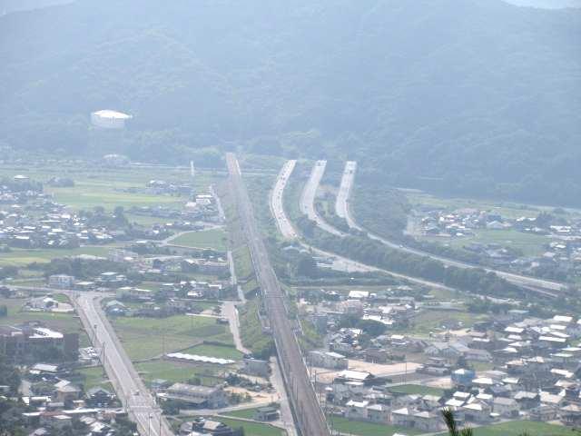 IMG0017JPG新幹線、山陽道が仲良くトンネルへ