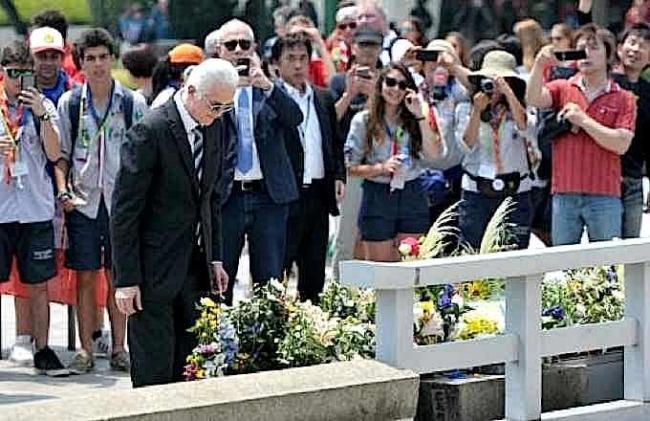 ジミー・ペイジ 広島原爆慰霊碑に献花